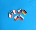 zkřížené vlající vlajky